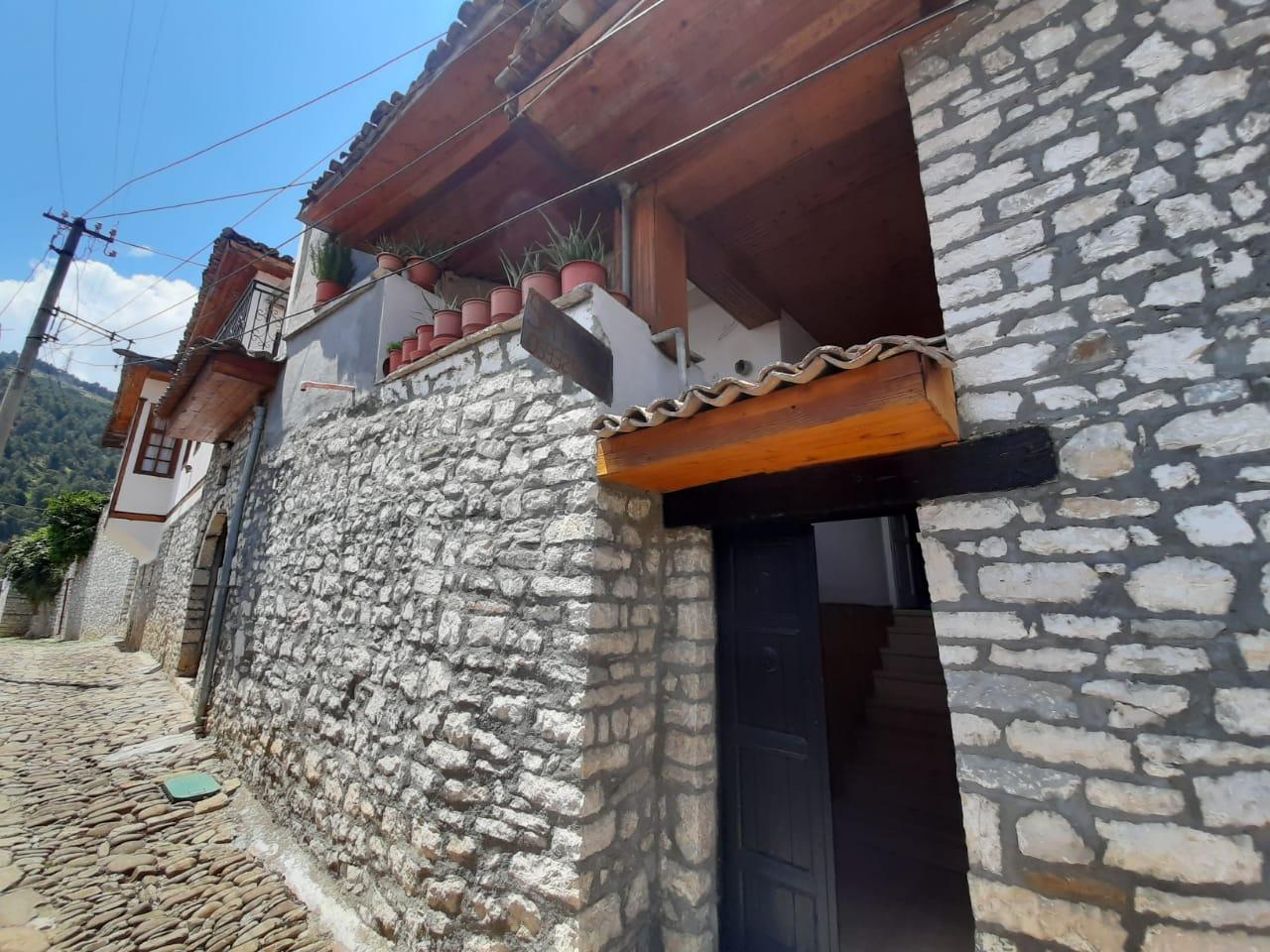 Shtepi 2 katshe dhe verand lagje mangalem