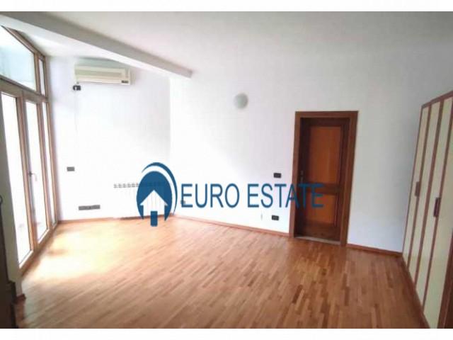 Tirane, jap me qera apartament duplex 4+1+A+BLK 300 m 1.300 Euro (Kompleksi Dinamo)