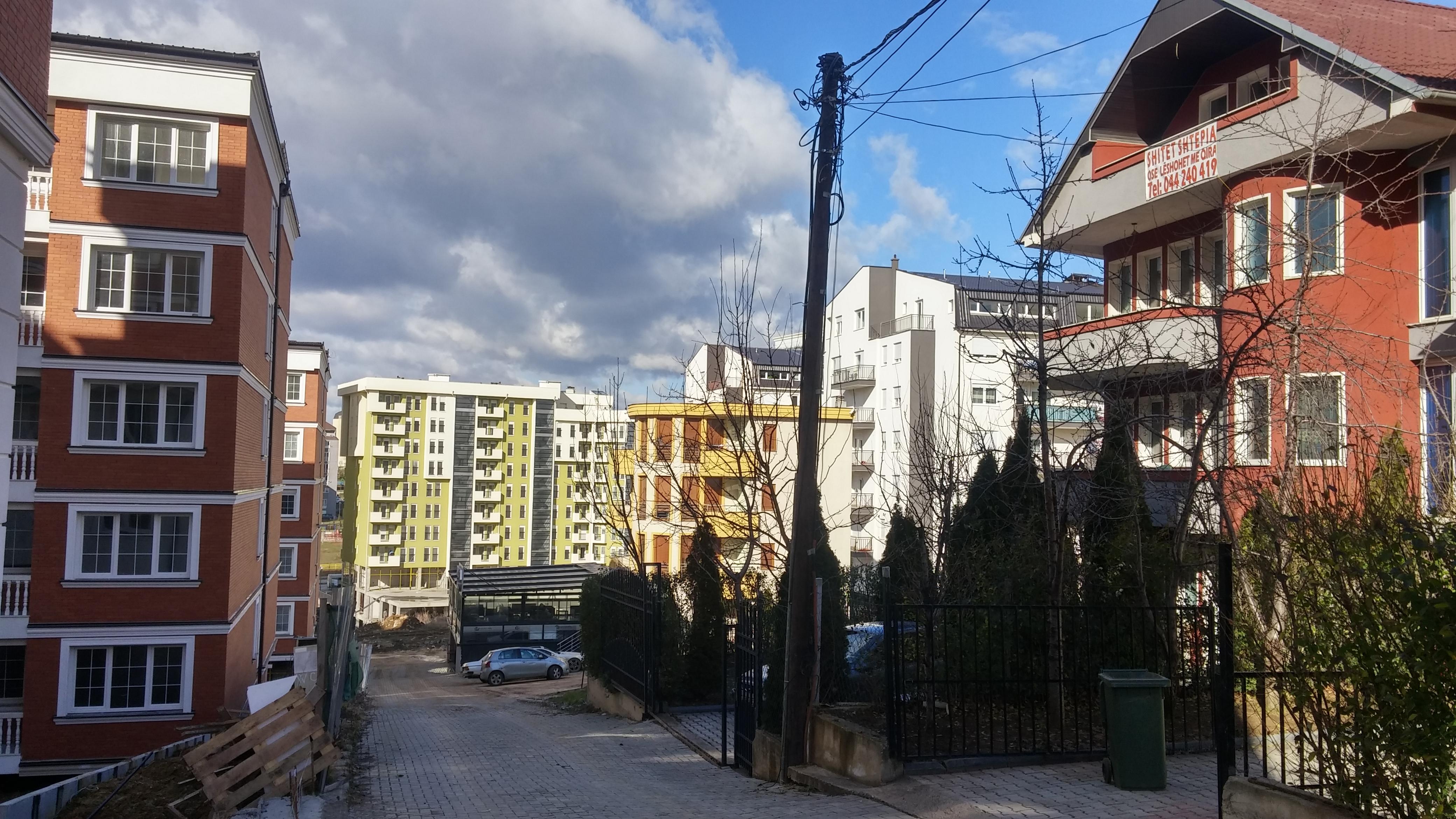 Shitet shtepia e kuqe ne Prishtine Bregu i Diellit lagjeja e Re apo Mati 1 Rruga B autostrada mbrapa Maxi 24h,