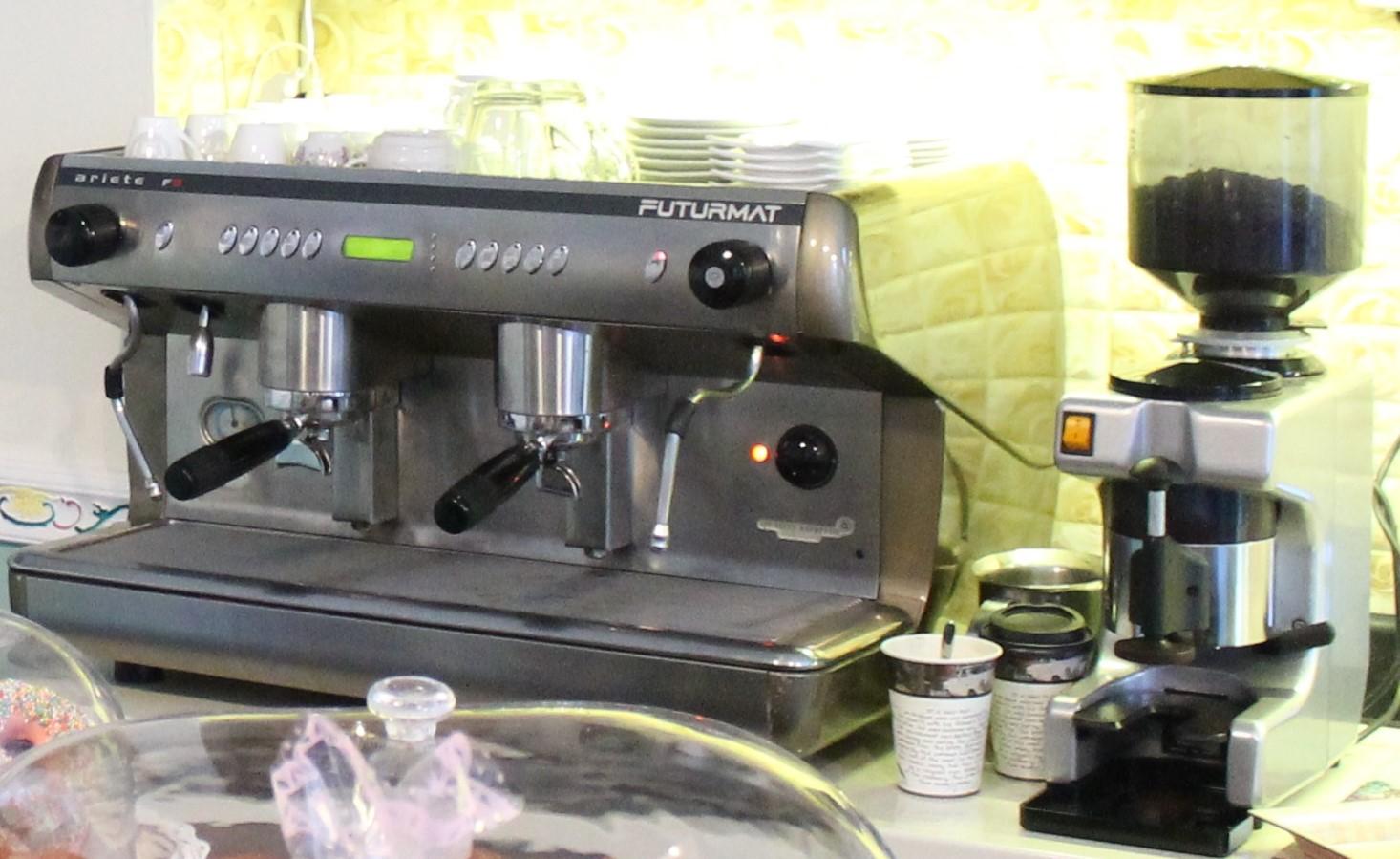 Shitet makinë ekspres kafeje bashke me makin per bluorie Kafe