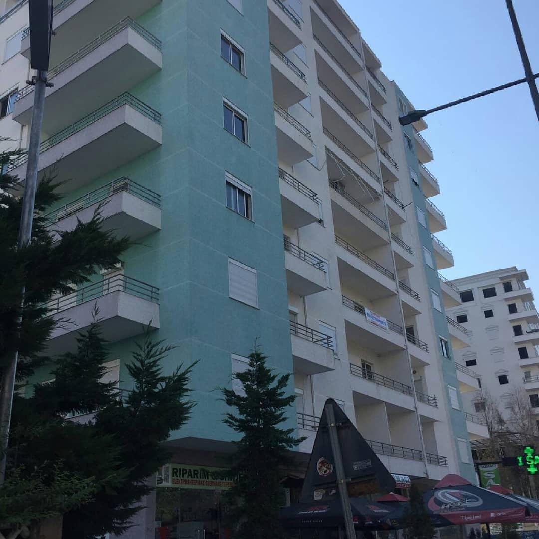 Shitet Apartament ne gjendje shume te mire,ndodhet ne rruge kryesore ne plazhin Iliria  Durres