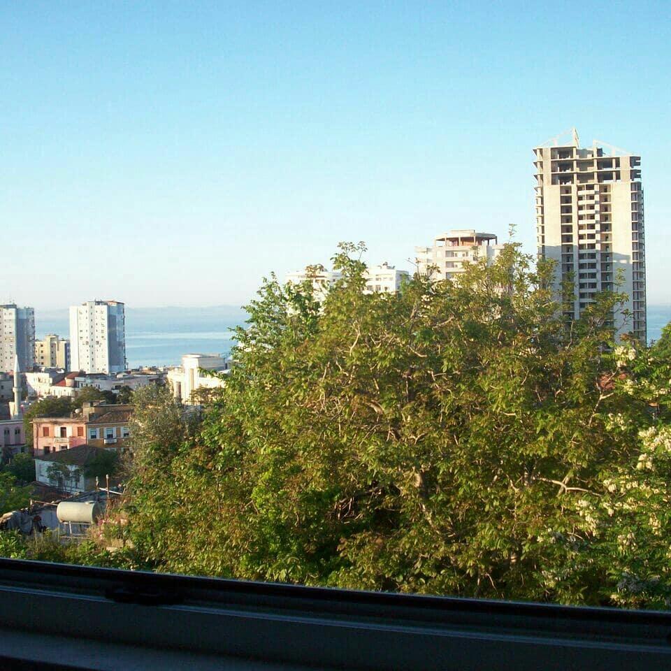 Shitet Apartamenti Prane Xhamise se Madhe Durres Pamje Terheqese nga qyteti