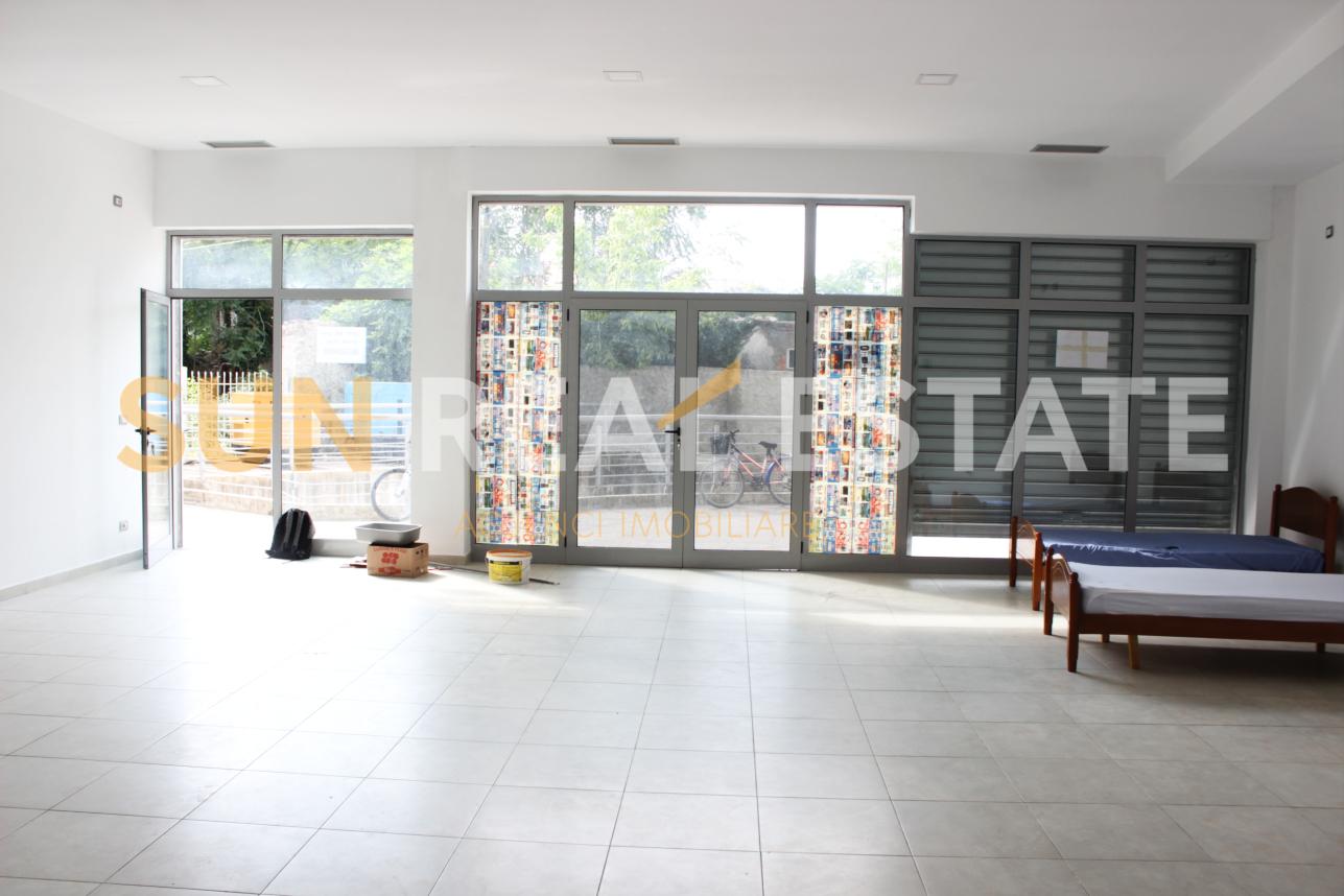 Sun Real Estate ofron me qira një dyqan në katin përdhe të ndodhur në qendër të qytetit të Shkodrës, tek ish-5 Heronjtë.  Ambienti ka një sipërfaqe të bollshme prej 100 m² dhe është i