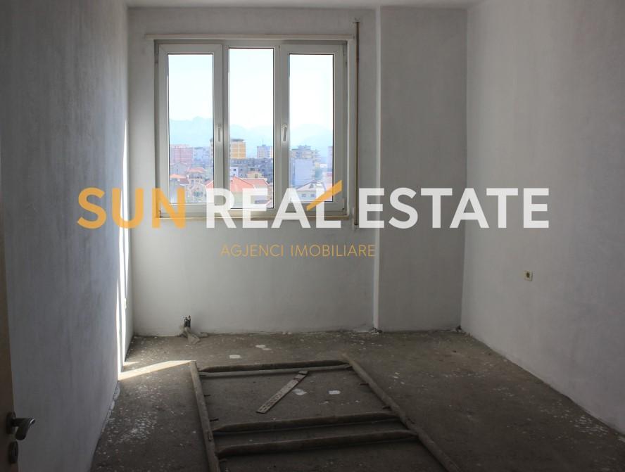 """Apartament 2+1 në shitje te Teatri """"Migjeni"""""""